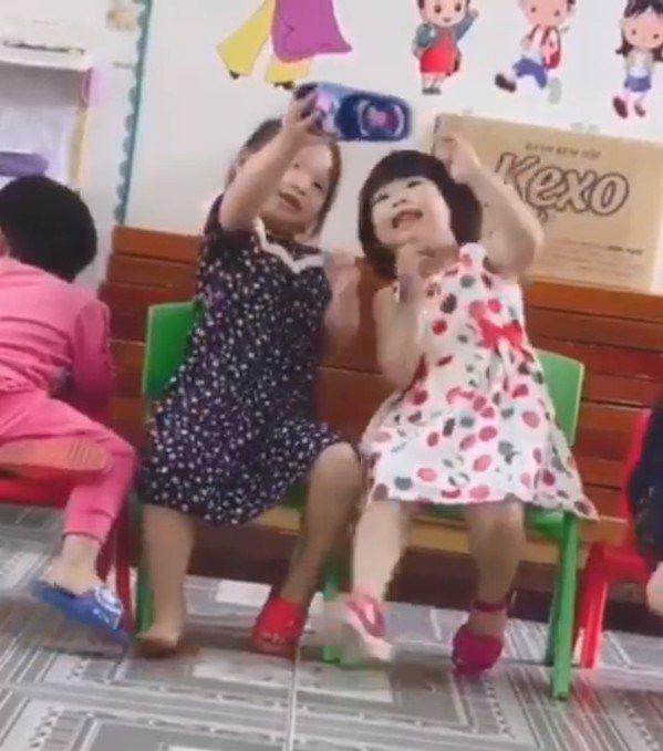 網友眼尖發現女童拿的是旁邊同學的拖鞋 圖片來源/爆笑公社