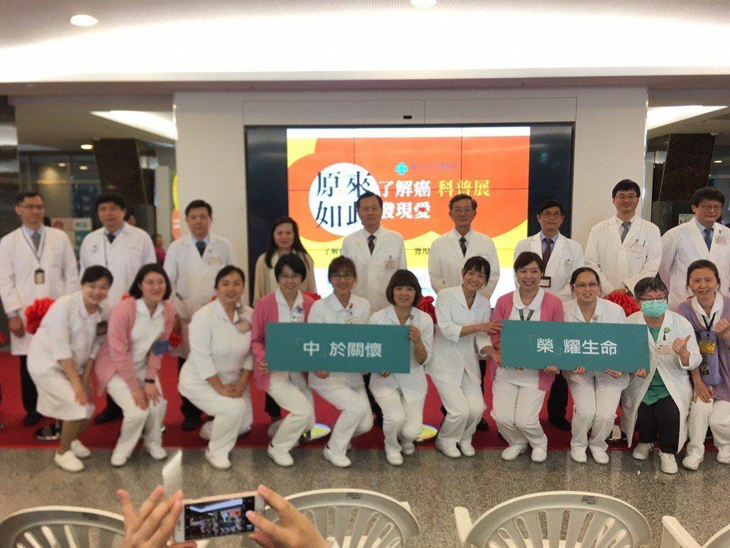 百名護理人員宣誓用愛與溫暖陪伴抗癌之路。 臺中榮總/提供。