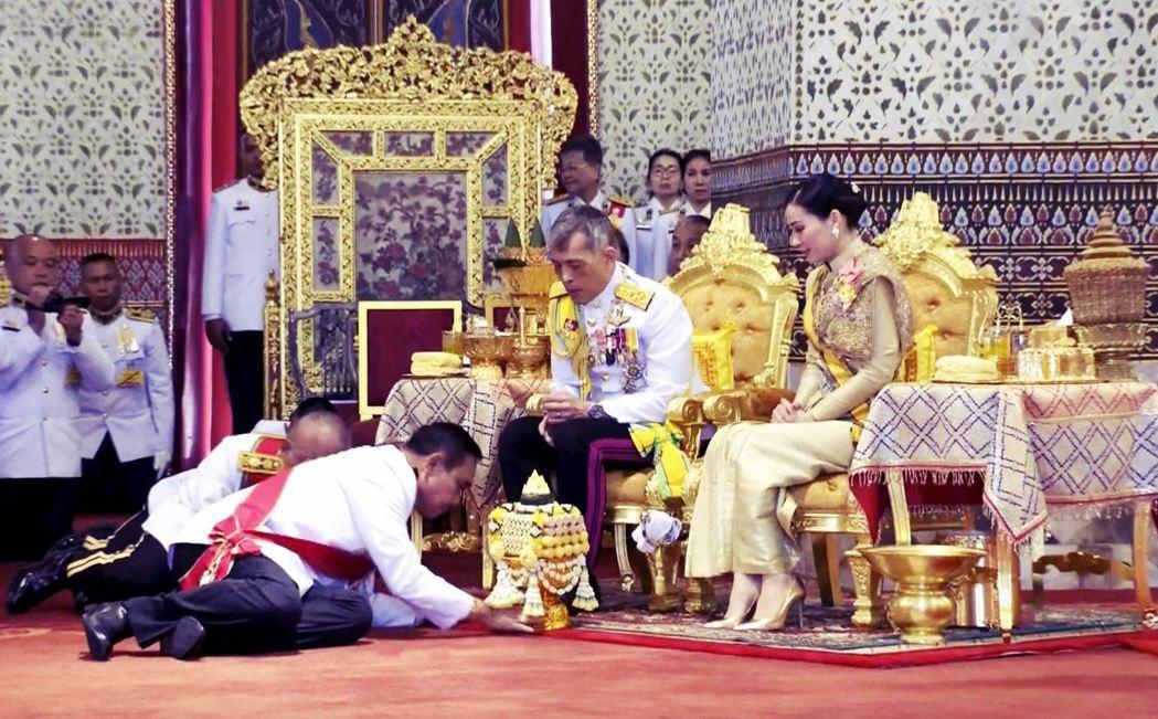 泰國軍方極為擁戴君主制;以帕拉育為首的軍政府,與泰王形成「君權網絡」,侵蝕民主。...