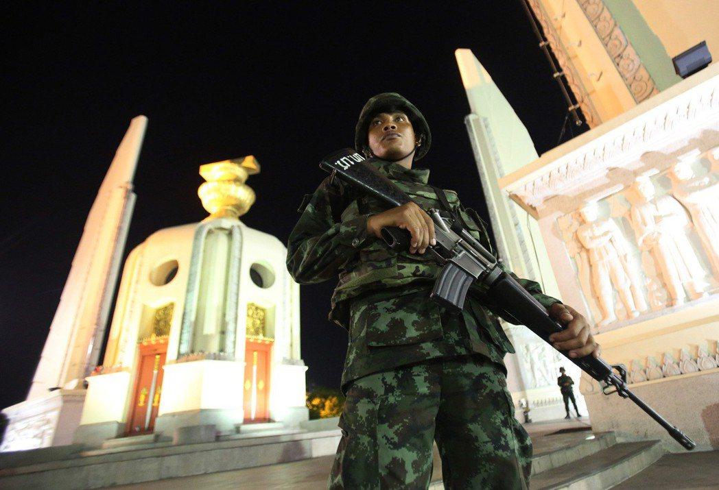 2014年,憲法法院判決解除前總理盈拉職務,協助軍隊完成政變。圖為2014年政變...