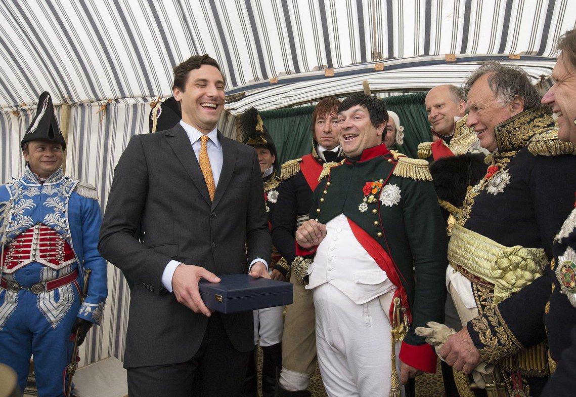 年滿33歲、外貌俊俏瀟灑的讓-克里斯托夫.拿破崙(左),到了當代「拿破崙王子」一...