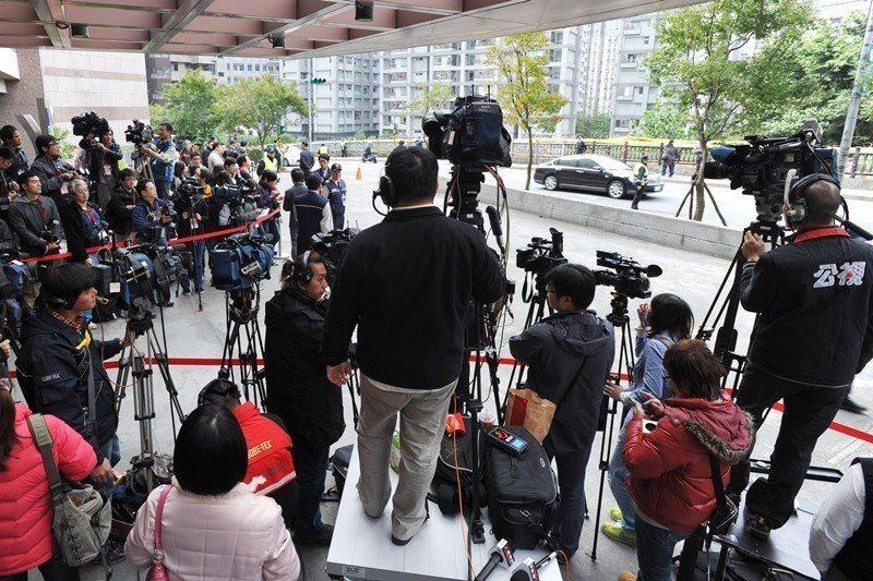 圖為2016年總統大選電視辯論直播當天,公共電視門口聚集的記者們。 圖/聯合報系資料照