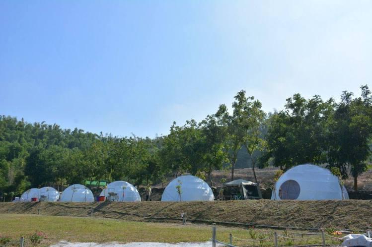 左鎮鹿兒島親子露營園區不僅可入住星空帳棚,還能餵梅花鹿、玩水、玩沙。圖/摘自左鎮...