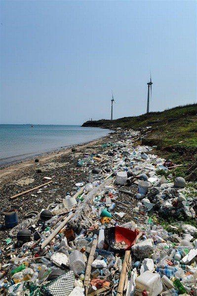 走一趟澎湖的海灘,病入膏肓的海廢沙灘隨處可見。