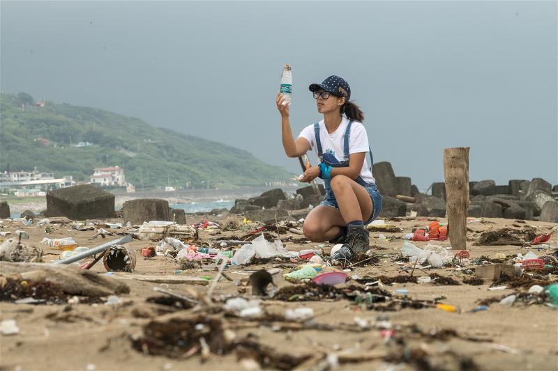 唐采伶從淨灘著手,並試著把海廢改造成藝術品,吸引大眾對海廢議題的注意。
