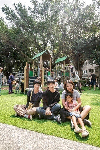 特公盟發起人林亞玫(中)、秘書長張雅琳(右)、成員蔡青樺(左)一起為守護自己的公...