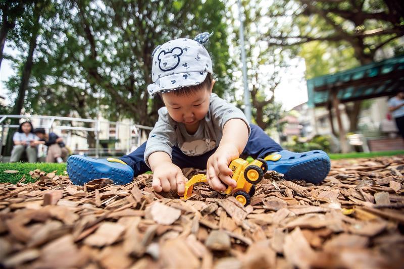 使用自然素材─木屑作為遊戲場鋪面,提供孩子接觸自然的媒介。