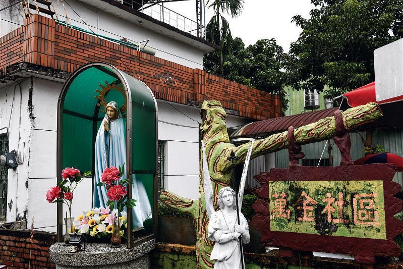 屏東萬巒鄉萬金村,是天主教在台最早傳教地,宗教禮儀深入村民生活與街景。