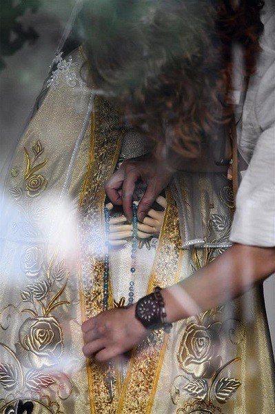 萬金聖母聖殿有專門出巡的一尊聖母,出巡前後,由教友細心虔敬地整理衣裝。