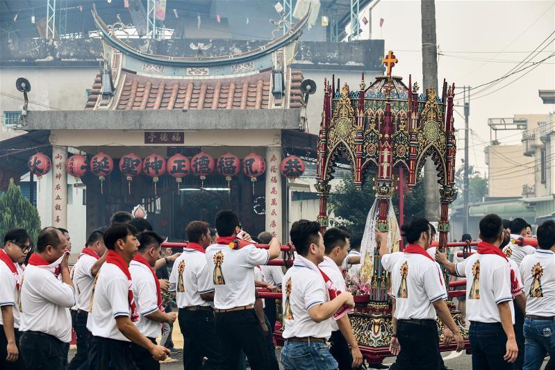 萬金聖母遊行結合台灣的「遶境」文化,也尊重其他信仰。遊行當日中午村民會辦桌逗熱鬧...