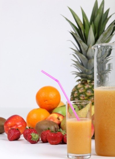營養師提醒,水果含有天然果糖,而攪打後的液態果汁的水果用量多,以500C.C.的...