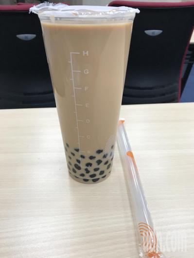營養師表示,台灣民眾愛喝珍奶等飲料,含糖也含熱量,一天喝2至3杯的量就已過多;若...