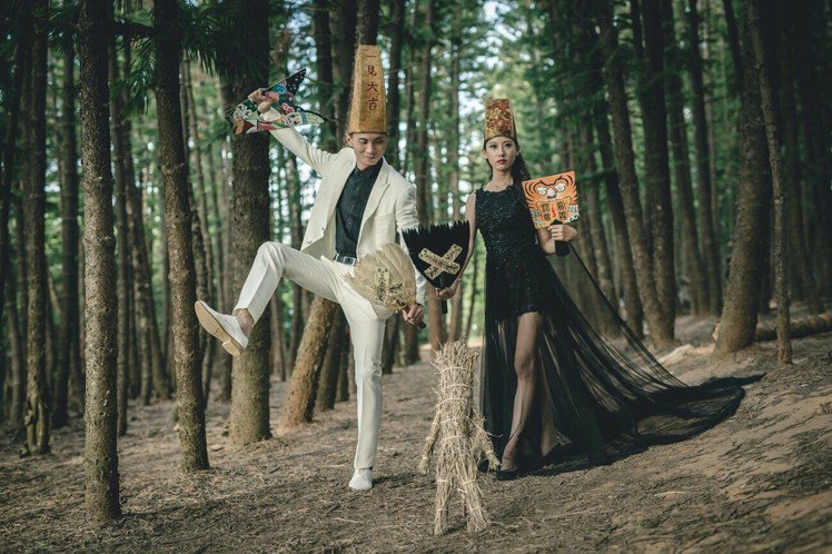 彰化縣民徐光輝與妻子蔡女結婚時,兩人在樹林拍了七爺八爺的婚紗照,兩人說,當初只是...