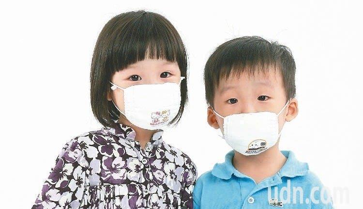 外出戴口罩能避免吸入刺激物,降低氣喘發作機率。本報資料照片