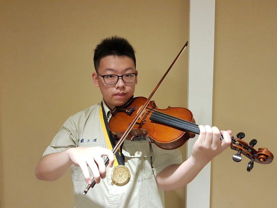 台北建國中學一年級的戴子煜因從國小三年級至今,每年寒暑假都到於醫院擔任音樂志工演...