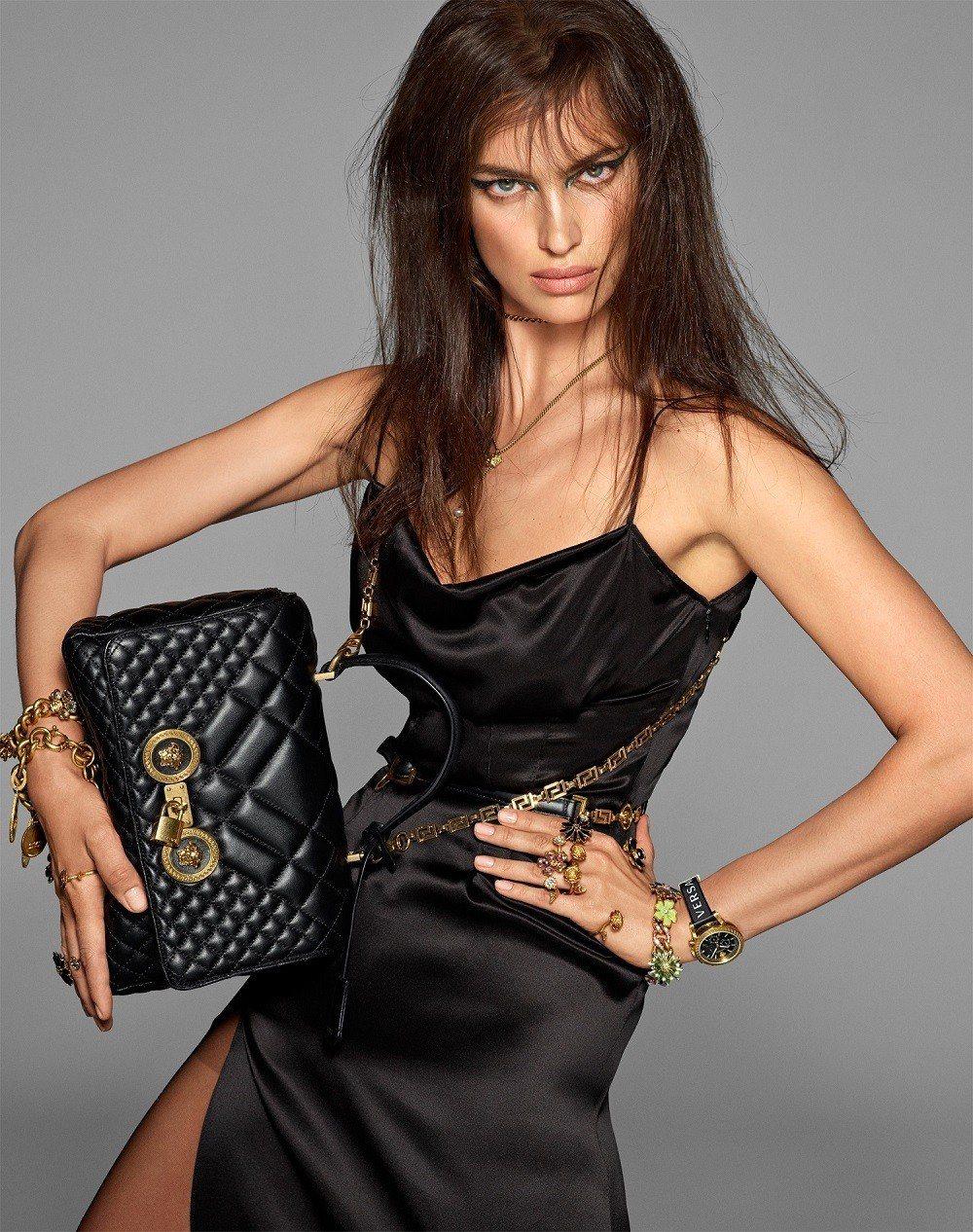在春夏廣告中可以見到超模伊蓮娜沙伊克展演樣式、尺寸多元的Icon Quilted...