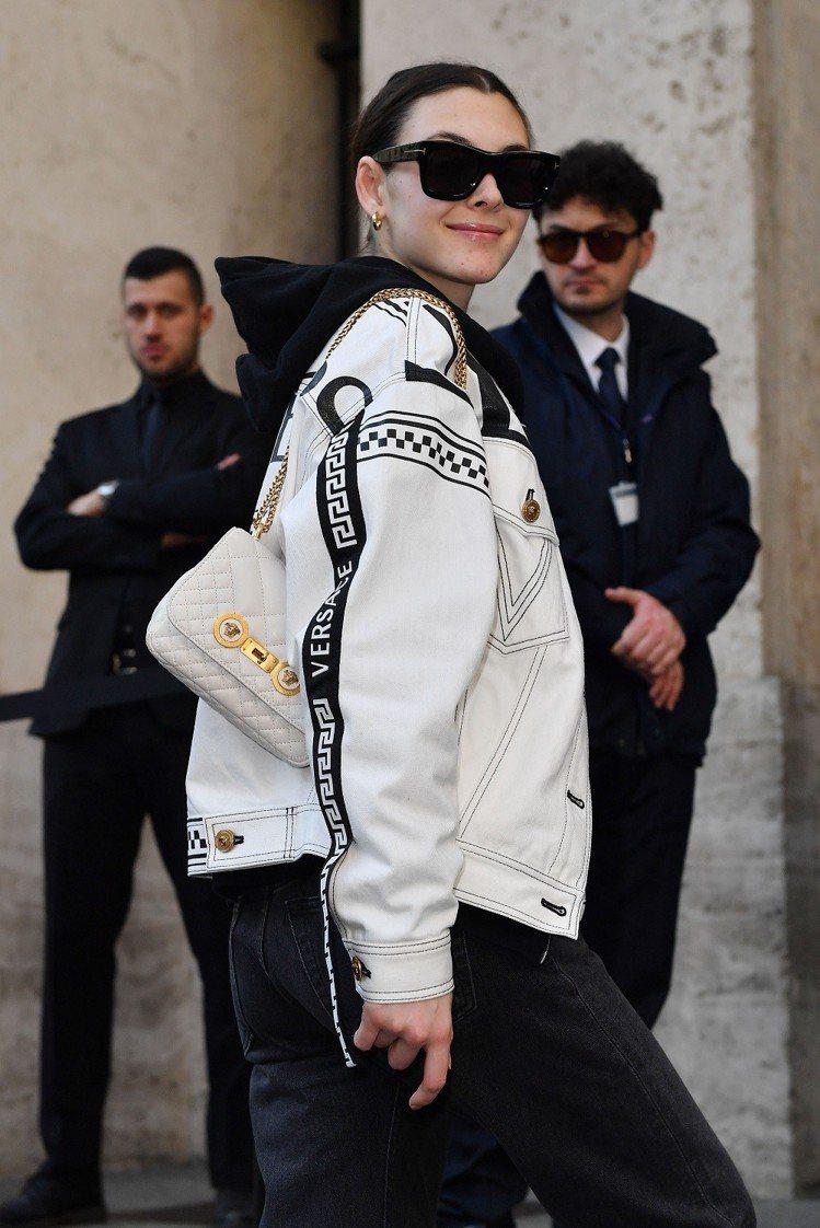 超模維多利亞西蕾蒂肩背Versace Icon Quilted包款。圖/Vers...