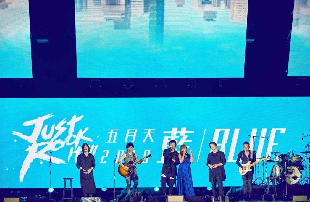 五月天邀請家家(右三)合唱。圖/相信提供