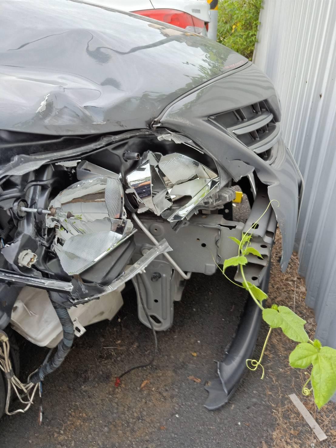 肇事車的右前車頭嚴重毀損。記者林伯驊/翻攝
