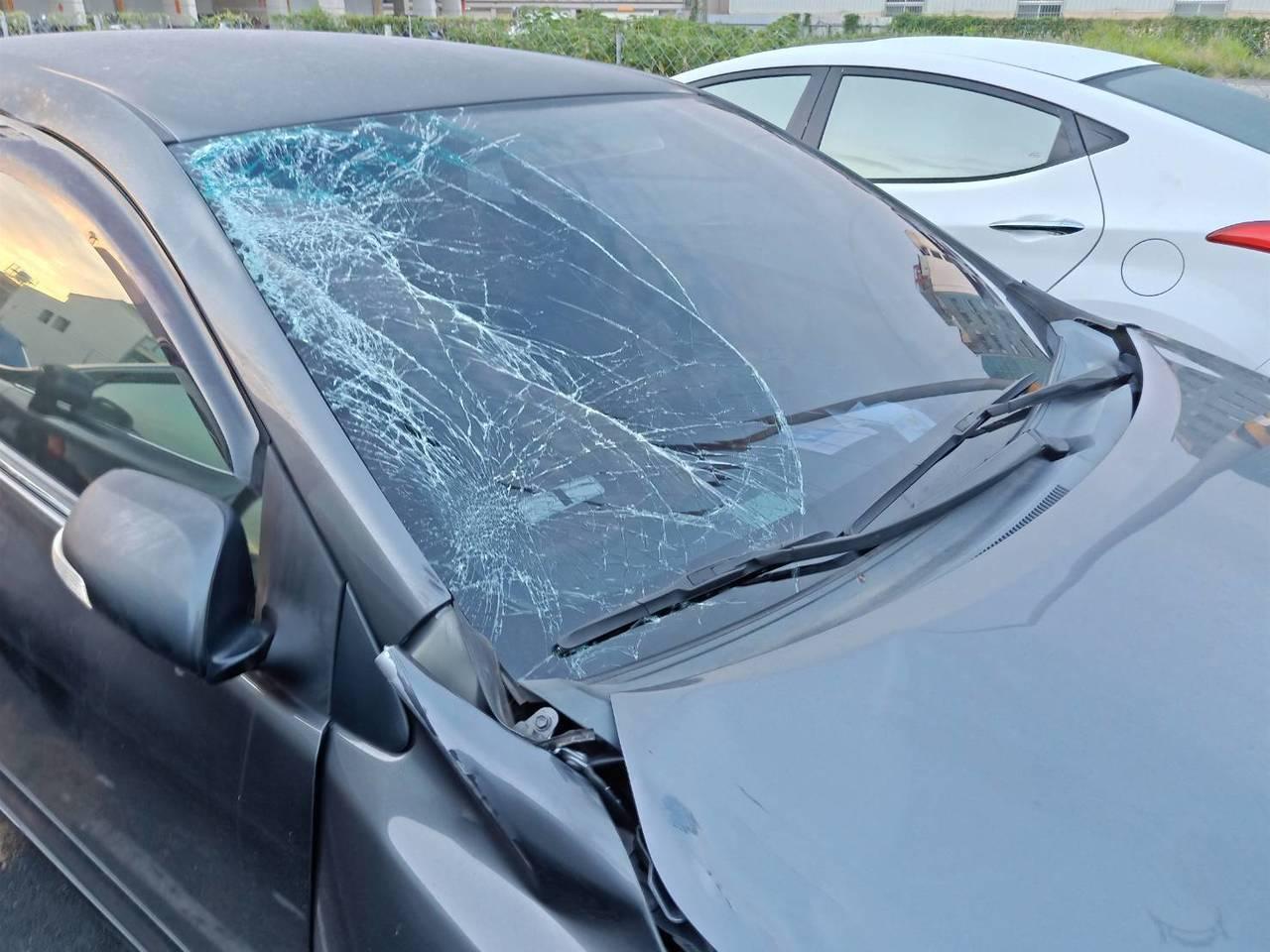 肇事車的擋風玻璃及車頭都有明顯撞擊痕跡。記者林伯驊/翻攝