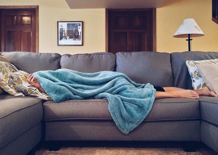 習慣熬夜的人,可要多注意自己健康的警訊。圖/摘自 pexels