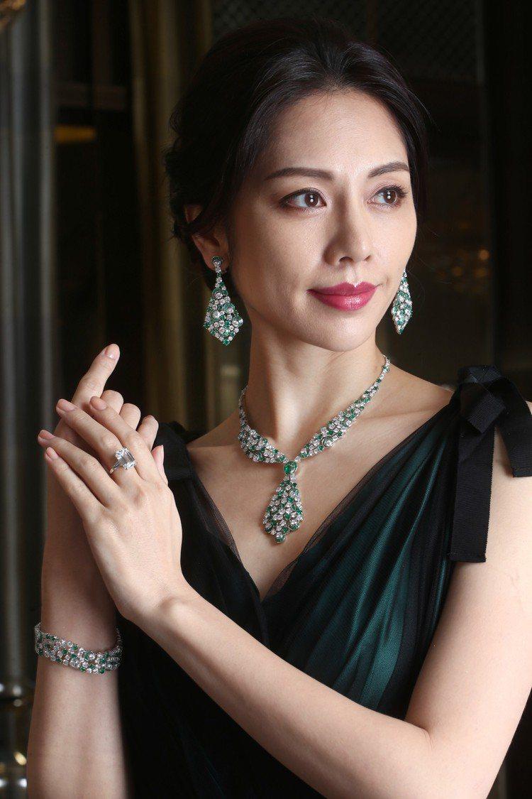 以星空和月亮為發想的組母綠鑽石項鍊與耳環,共鑲嵌超過64克拉鑽石與37克拉祖母綠...