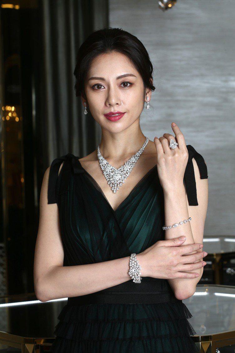 以花為靈感的鑽石項鍊鑲嵌超100克拉鑽石、耳環各鑲嵌逾3克拉D色鑽石,戒指上的1...