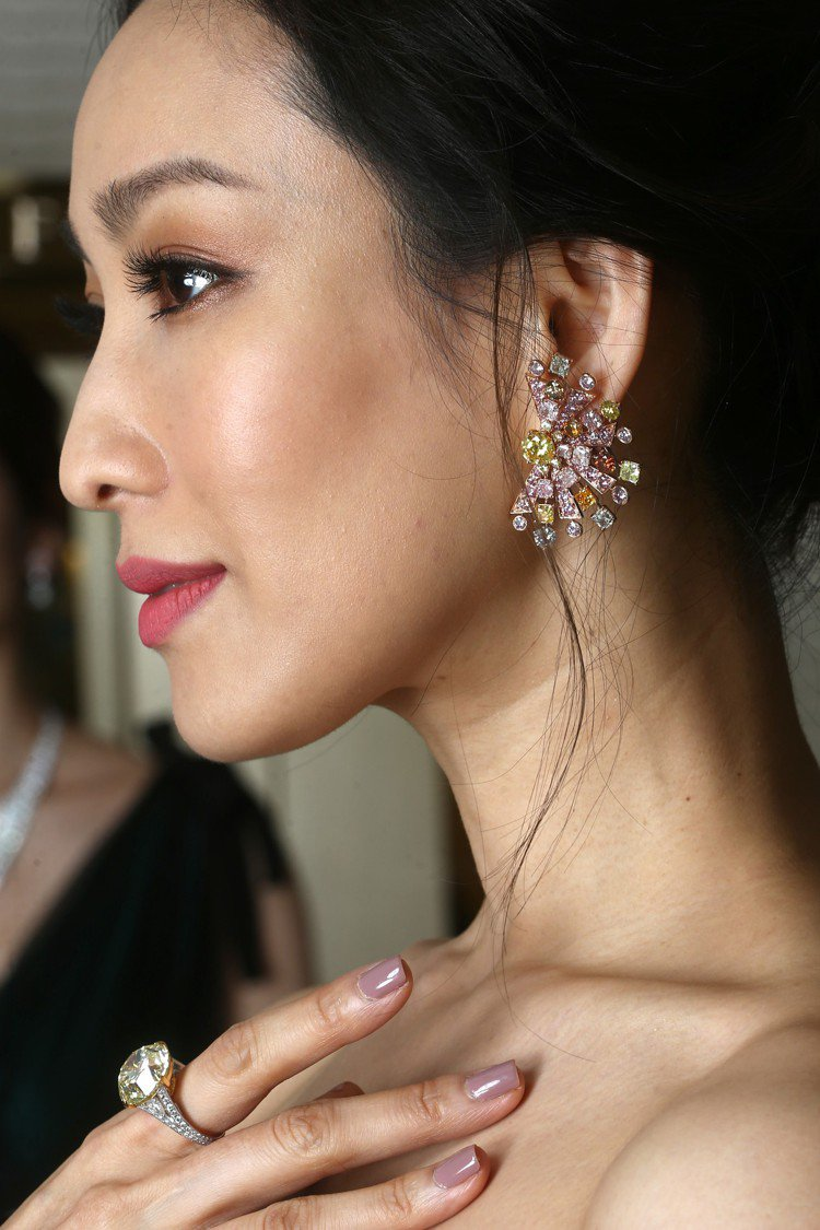 全新以太陽為靈感的耳環共鑲嵌黃、粉、綠色彩鑽,搭配20.66克拉濃彩黃鑽戒指。記...