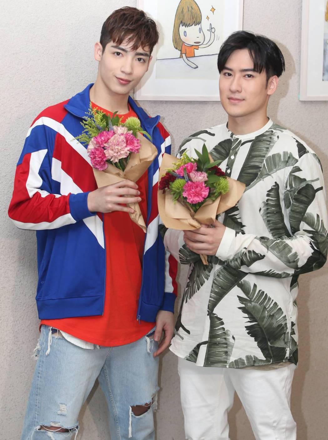 黃士杰(左)與沈建宏製作母親節花束。記者侯永全/攝影