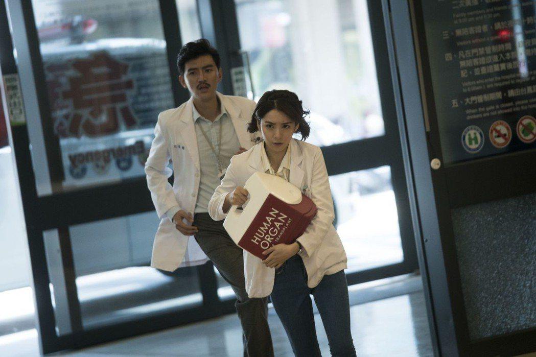 曾少宗(後)、劉倩妏主演台灣首部器捐協調師職人劇「生死接線員」。圖/公視提供