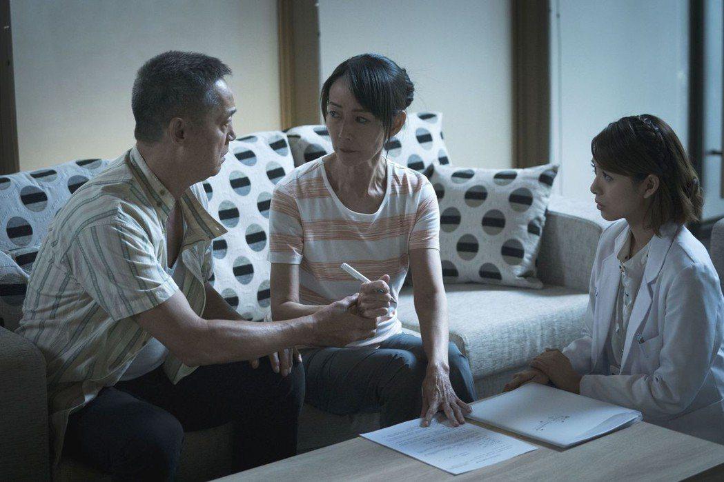 鄭平君(左起)、應采靈淚對器捐協調師劉倩妏。圖/公視提供