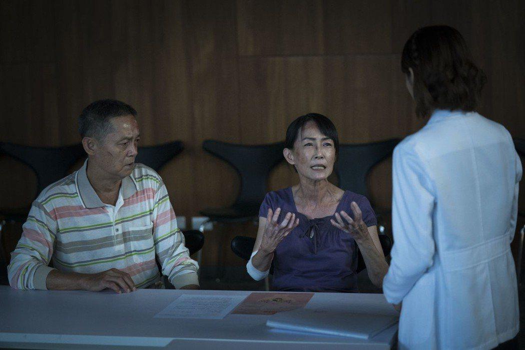 飾演家屬的鄭平君(左)、應采靈難捨兒子即將離去的傷痛。圖/公視提供