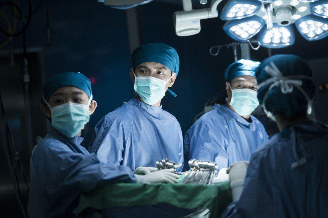 台灣首部器捐協調師職人劇「生死接線員」手術戲碼精細,獲觀眾讚賞。圖/公視提供