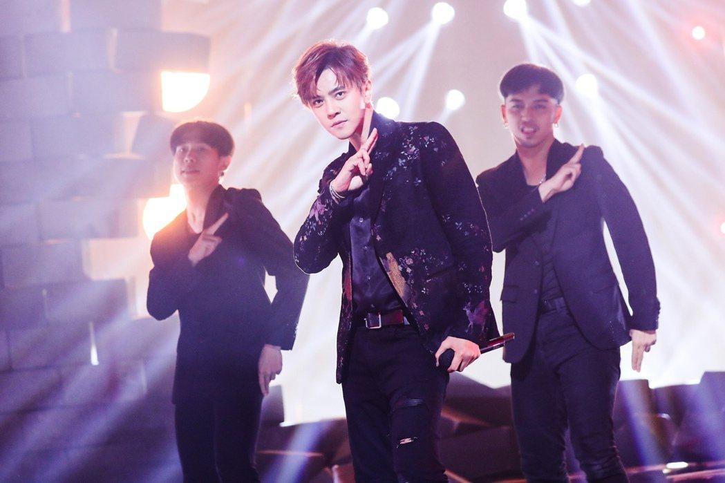 羅志祥(中)大陸直播節目「大音樂+超級現場」賣力唱跳。圖/騰訊提供