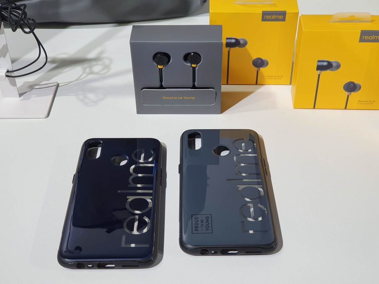 隨realme 3同步推出專屬經典手機殼與有線耳機,預計5月下旬正式開賣。記者黃...