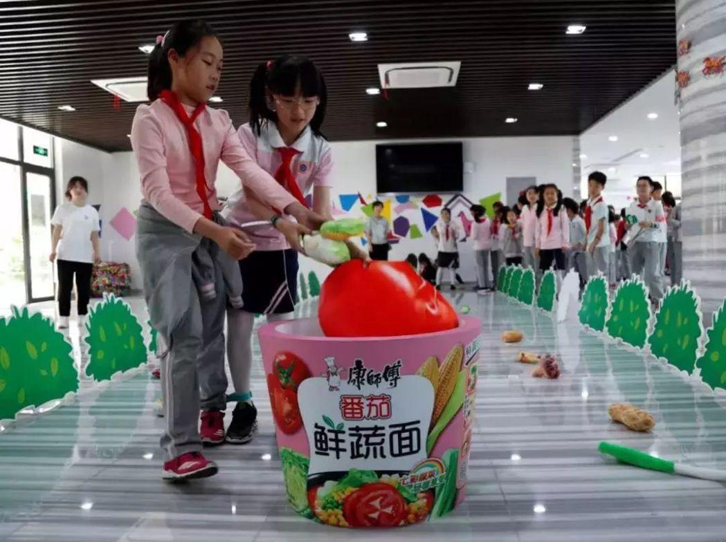 「鮮蔬DIY」遊戲,讓小朋友們在採拾新鮮食材過程中,切身體會到保護自然、愛護生存...