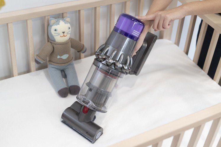 Dyson V11吸塵器搭配床墊吸頭輕鬆吸除髒污塵蟎。圖/恆隆行提供