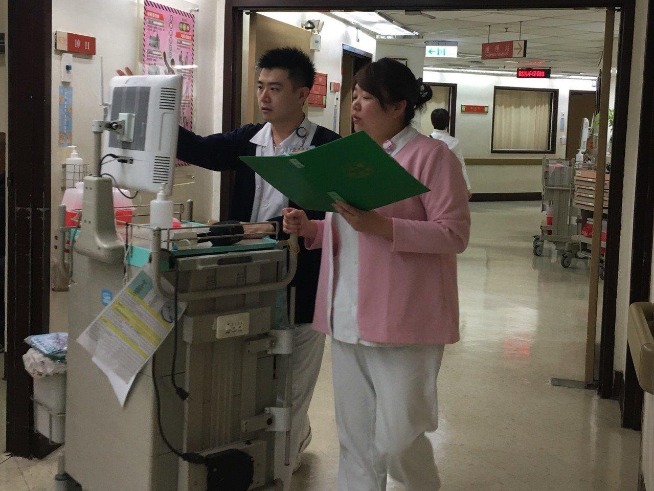 台北榮總的姊弟護理檔葉子安(右)及弟弟葉佳翰(左)。記者鄧桂芬/攝影