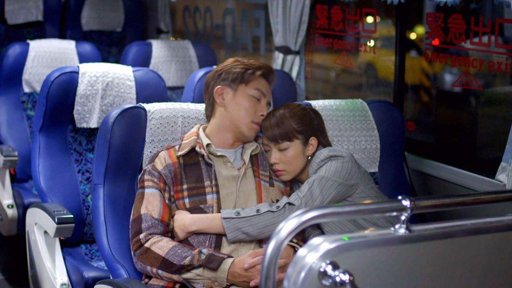 謝坤達(左)、林思宇合作「月村歡迎你」首播收視創佳績。圖/台視提供