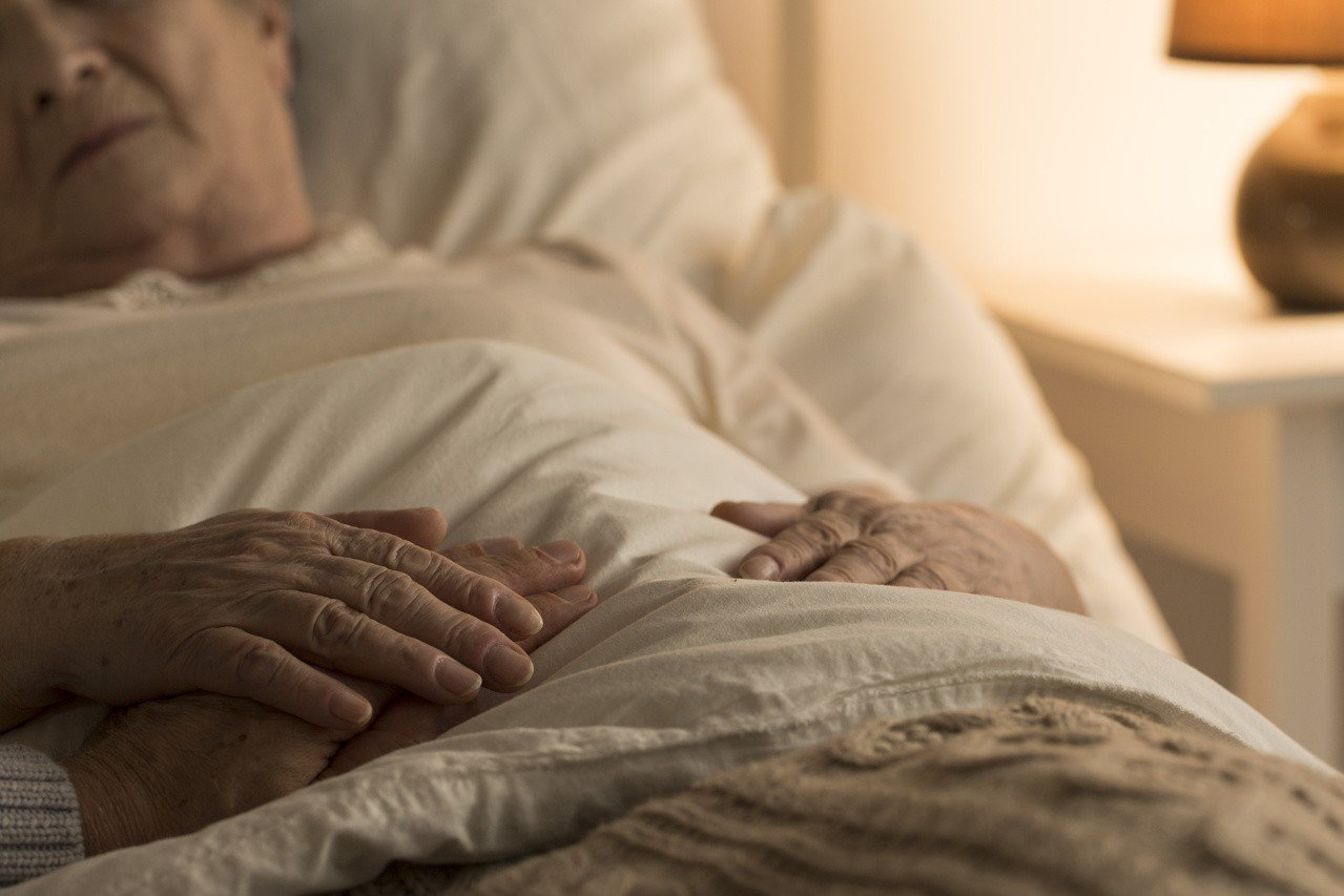 醫師指出,儘管政府鼓勵末期患者在家照顧,但願意的家屬只占一小部分,很多家屬擔心患...