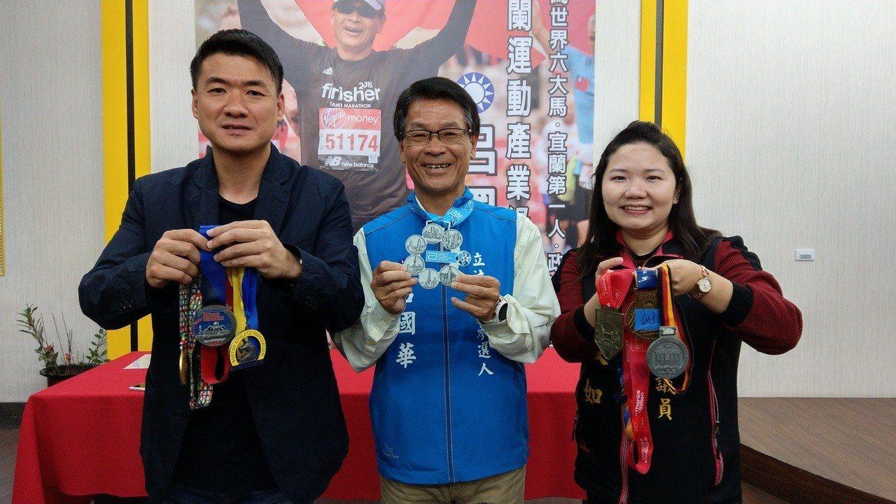 呂國華開心展示完成「世界六大馬」的紀念獎牌。記者戴永華/攝影