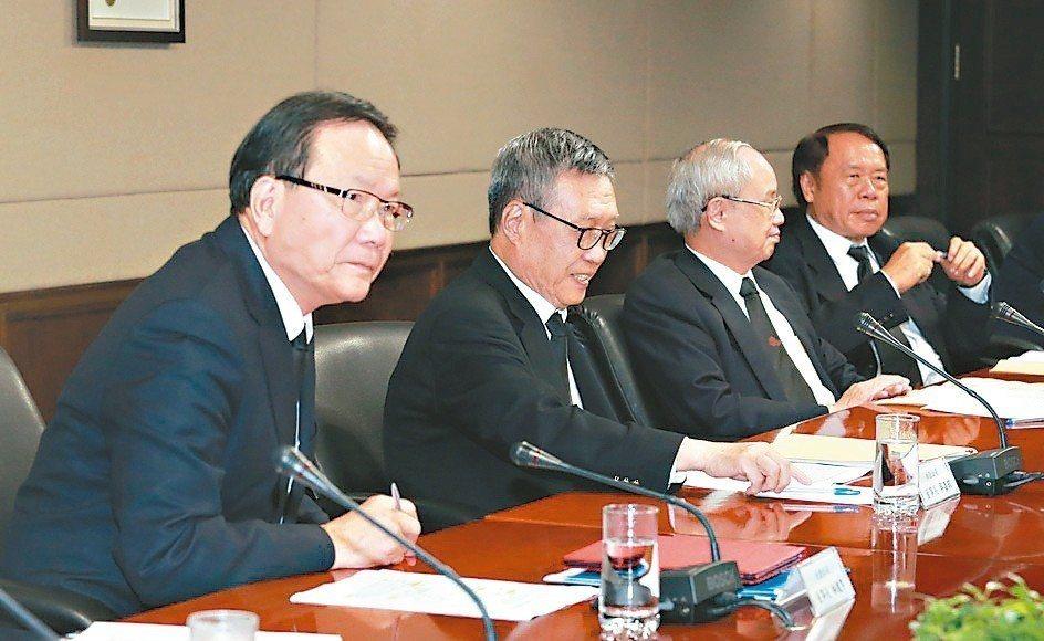台塑集團台塑公司董事長林健男(左起)、南亞公司董事長吳嘉昭、台化公司副董事長洪福...