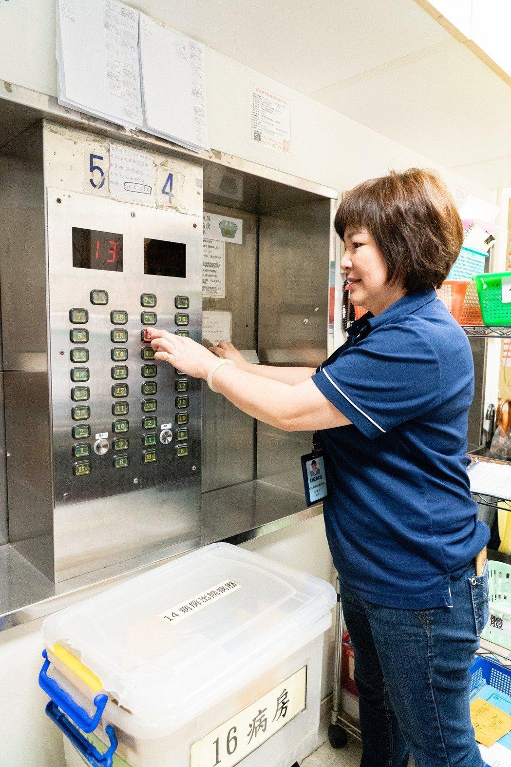傳送中心裡的小電梯(Dumb Waiter)是恩主公醫院樓層間物件傳遞的樞紐。威...