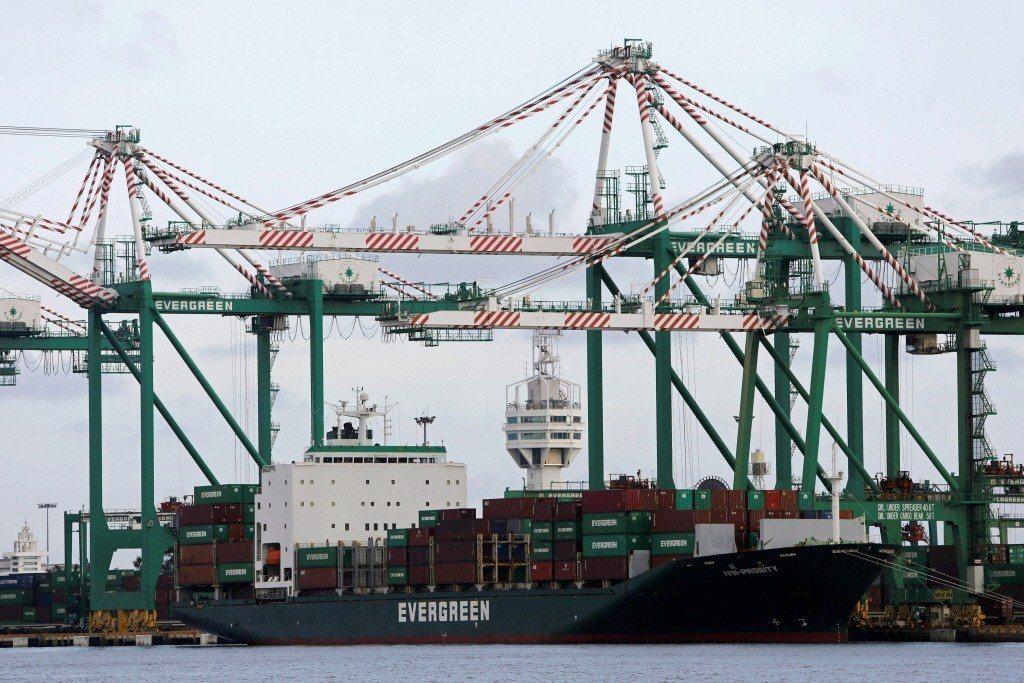 高雄港貨櫃碼頭。 路透