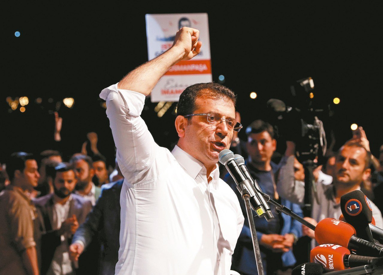土耳其最高選委會決定伊斯坦堡市長重選後,當選該市市長的伊瑪莫魯6日向支持者發表談...