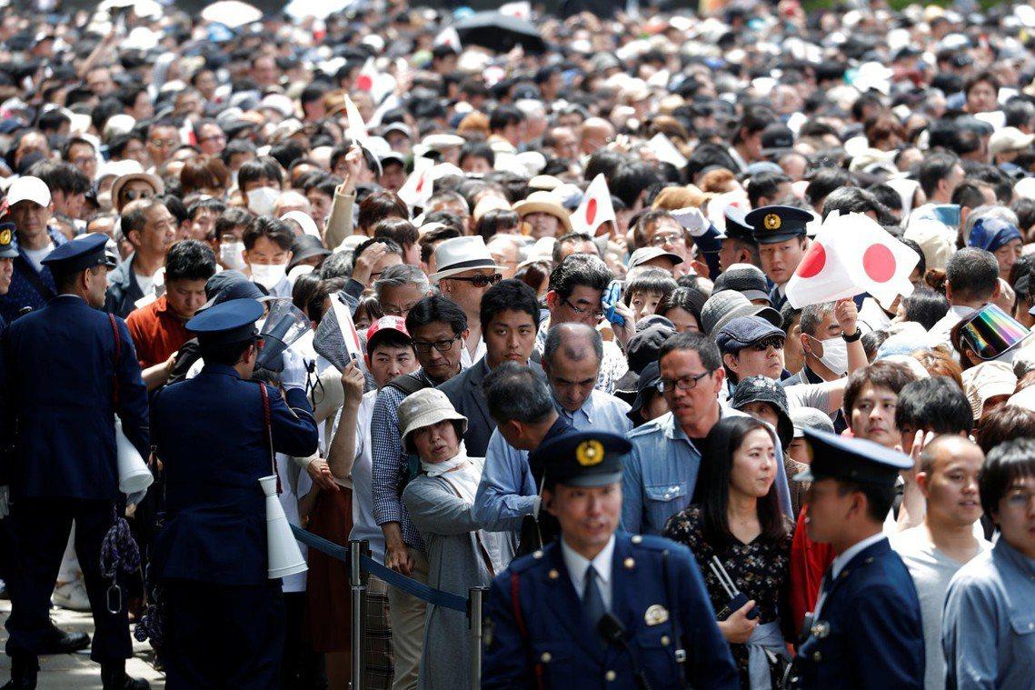 5月4日,10連休第8天,湧入皇居的人潮。 圖/路透社