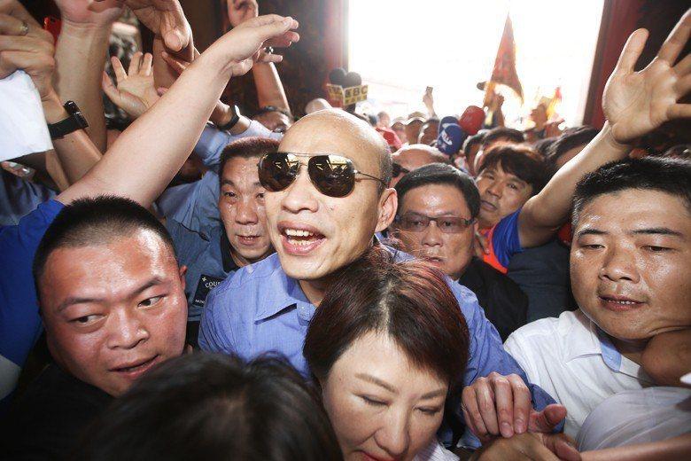 4月韓國瑜前往大甲鎮瀾宮參拜,受到支持者的推擠。 圖/聯合報系資料照