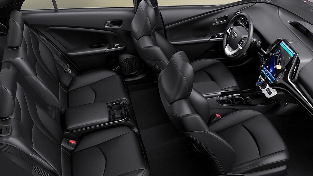 美規Toyota Prius Prime原後排座椅僅為雙人座的設定,小改款後終於...