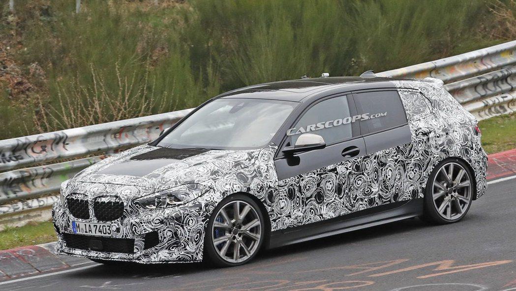 近期被捕捉到的新世代BMW 1 Series測試車,身上的偽裝衣似乎一層一層的褪...