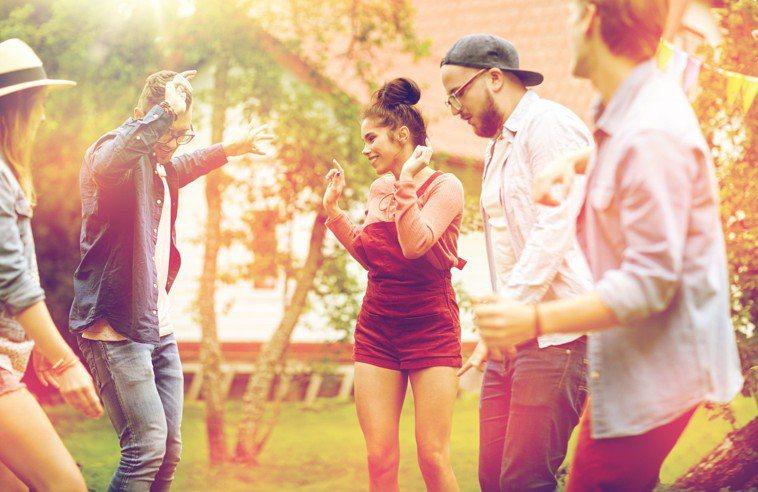 如果妳的身體狀況還算不錯,可以嘗試跳舞,看是要跳恰恰還是街舞,能幫助提升心肺功能...